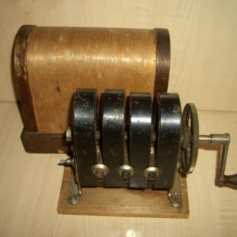 Индуктор к военно-полевому телефону. 1900-е гг.